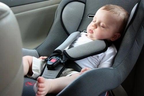 Cum călătorești pe distanțe lungi cu un bebeluș în scaunul auto