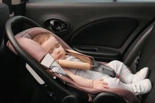 Cum călătorești pe distanțe lungi cu un bebeluș folosind mașina