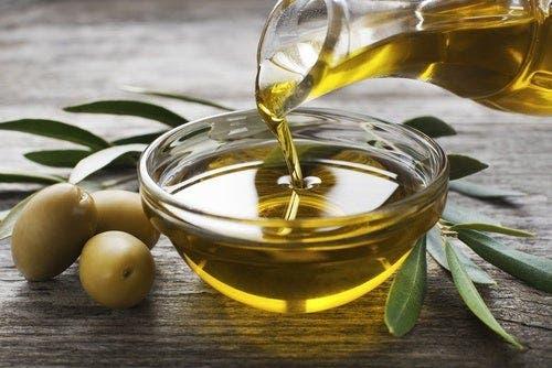 Castron cu ulei lângă măsline verzi