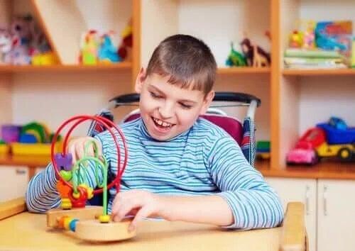 Cum să ajuți copiii cu autism în timpul carantinei prin joc