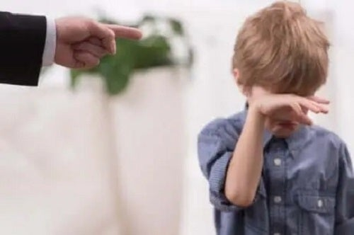 Copil certat de un adult