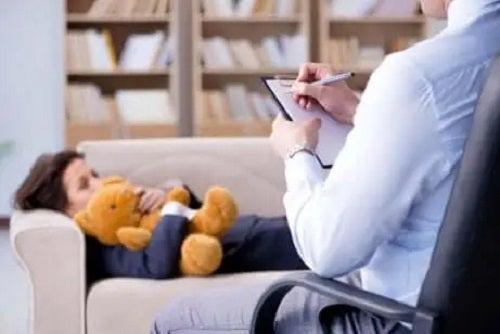 Copil cu ADHD la terapie osihologică
