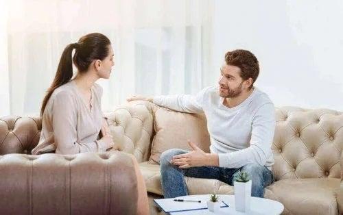 Cuplu care discută constructiv