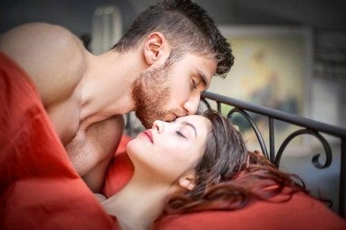 Cuplu săruntându-se în pat