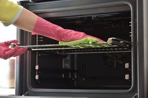 Cum să cureți rapid tăvile de cuptor