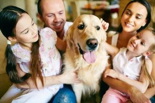 Familie reunită în jurul unui câine