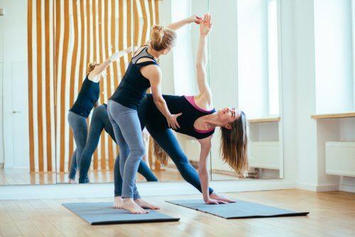 Femei efectuând exerciții care nu afectează articulațiile