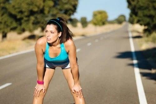Femeie care aleargă pe drum