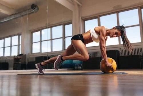 Femeie care se antrenează în sala de sport