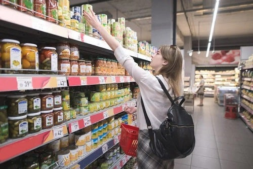 Femeie la cumpărături de alimente