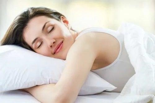 Femeie care doarme pe pernă