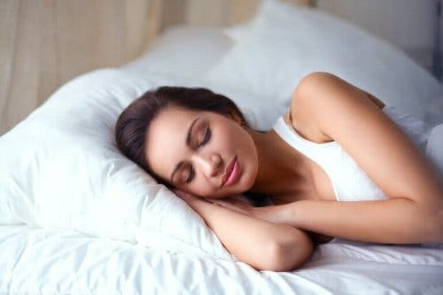 Femeie dormind în pat