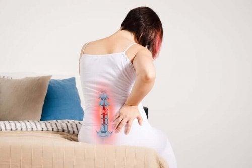 Femeie experimentând o durere de spate