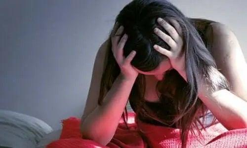 Femeie care resimte efectele stresului posttraumatic