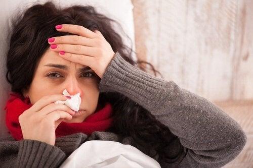Femeie care are nevoie de infuzii pentru ameliorarea simptomelor gripei