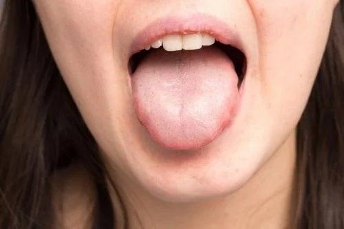 Femeie cu limba scoasă