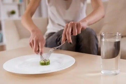 Femeie care mănâncă foarte puțin