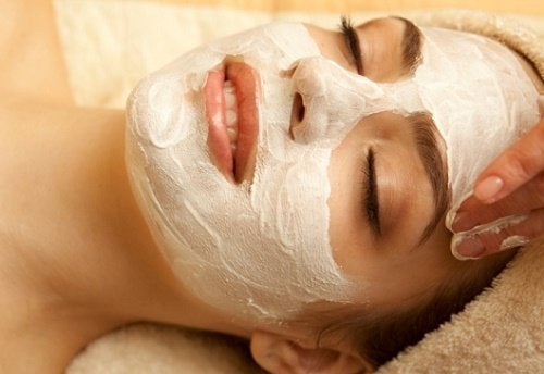 Femeie primind un masaj facial