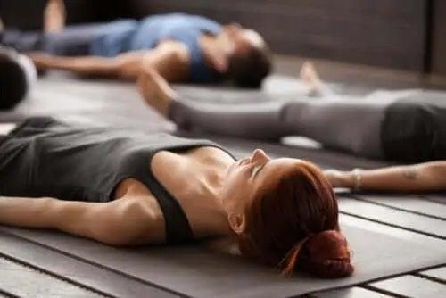 Femeie care practică tehnici de relaxare în grup