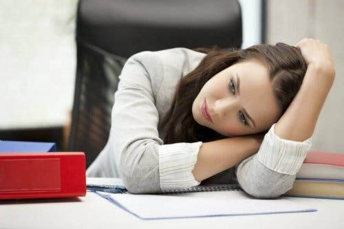 Femeie manifestând simptome ascunse ale depresiei la birou