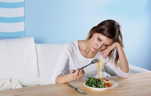 Femeie manifestând simptome ascunse ale depresiei la masă