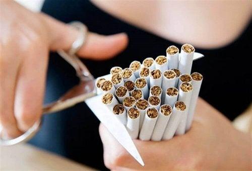 Femeie tăind țigări cu foarfeca