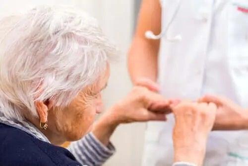 Femeie care suferă de tulburarea neurocognitivă majoră