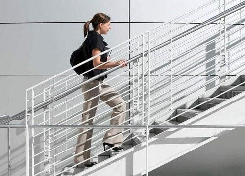 Femeie care urcă pe trepte