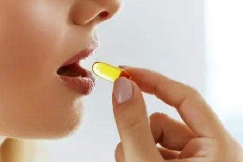 Femeie care ia un supliment de vitamina K