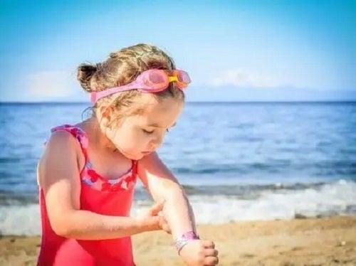 Fetiță la plajă în costum de baie