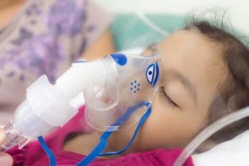 Fetiță conectată la ventilator într-un spital