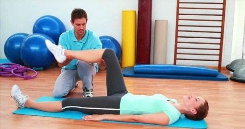 Fizioterapeut explicând recuperarea după artroplastia de genunchi unui pacient