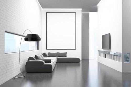 Încăpere albă decorată conform unor principii ale minimalismului