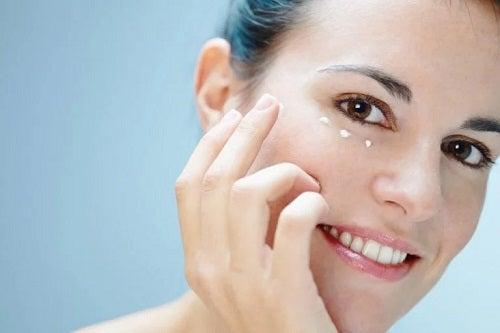 Îngrijirea pielii din jurul ochilor în mod natural