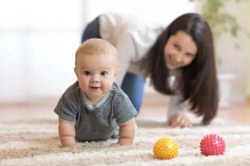 Cum îți înveți copilul să meargă de-a bușilea