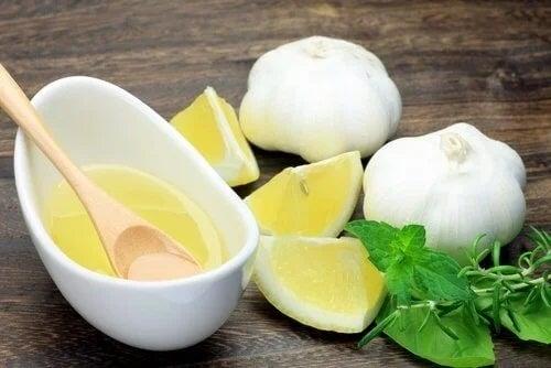 Lămâie și usturoi pe masă