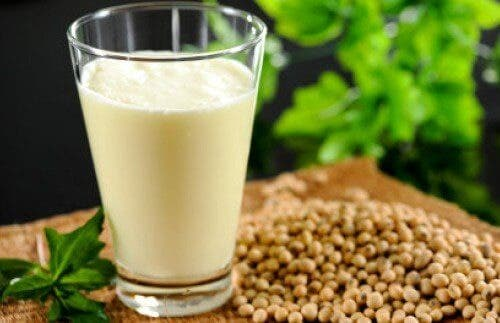 Laptele de cânepă: nutrienți, beneficii și o rețetă