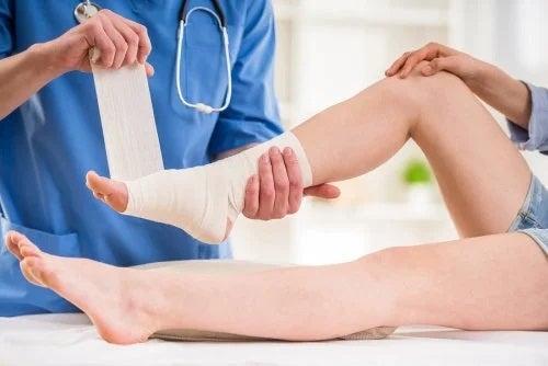 Medic ce aplică remedii pentru luxația de gleznă