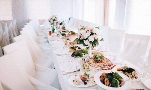 Masă ilustrând diferite meniuri pentru nuntă