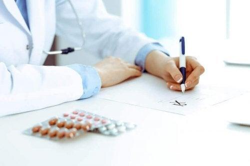 Medic explicând în scris ce este rasagilina