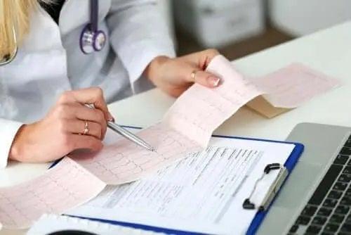 Medic care interpretează electrocardiograma unui pacient