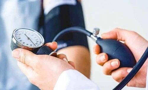Medic care verifică tensiunea arterială