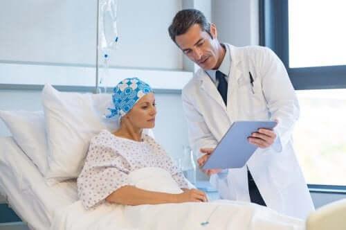 Medic explicând diferitele tipuri de chimioterapie unui pacient