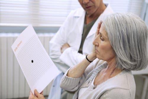 Medic verificând vederea unei paciente