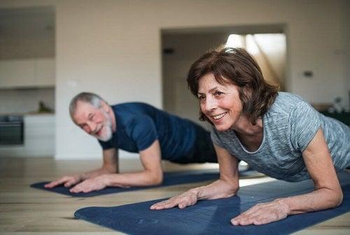 Cum să-ți menții masa musculară când stai în casă