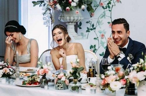 Mire și mireasă degustând diverse meniuri pentru nuntă