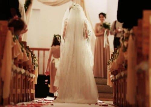 Mireasă pășind spre altar