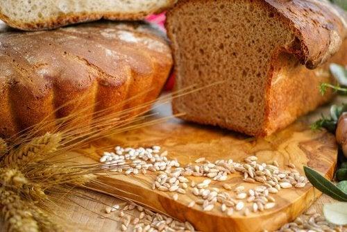 Pâine integrală proaspăt feliată
