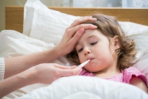 Părinte luând temperatura fiicei sale