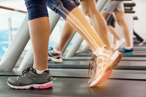 Picioare antrenate pe o bandă de alergat